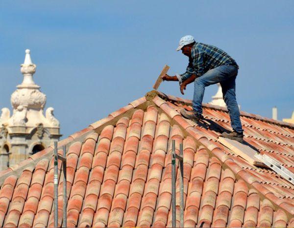 charpentier sur une toiture