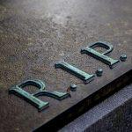 Obsèques : optez pour la personnalisation de votre plaque funéraire