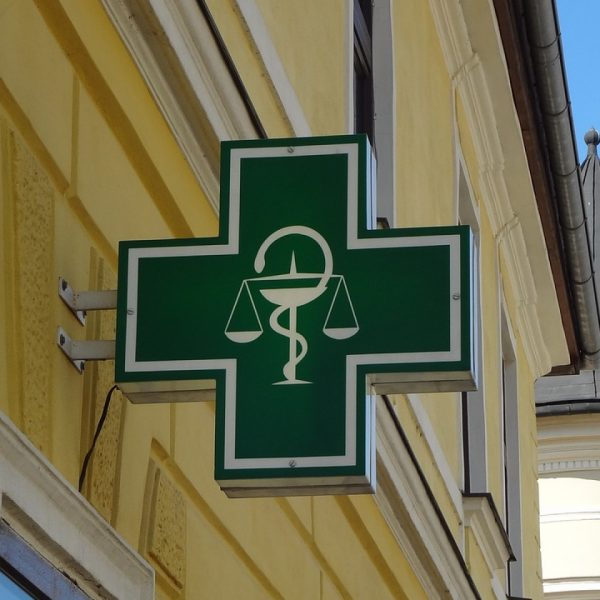 un site et un numéro de téléphone pour contacter une pharmacie ainsi qu'un médecin de garde