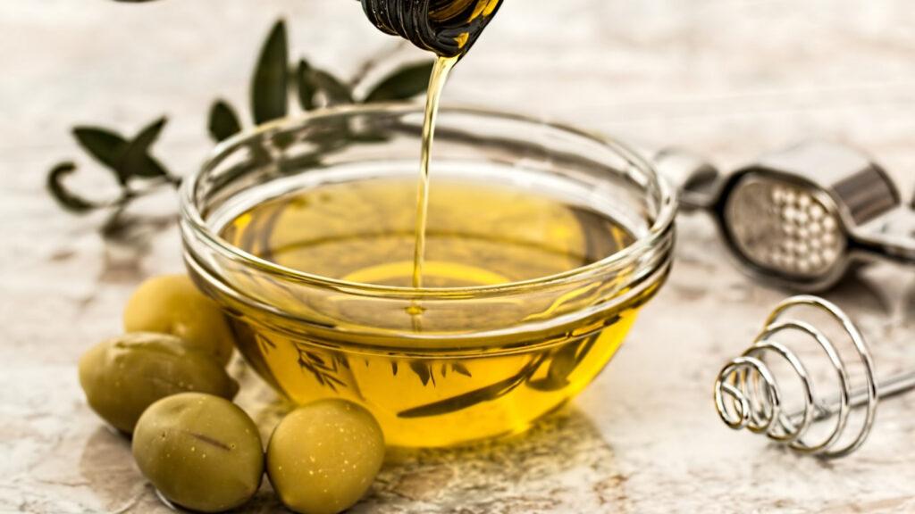 utiliser un bec verseur pour l'huile d'olive